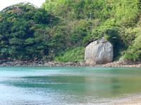 加計呂麻島の嘉入の海/嘉入集落/亀石/一枚岩 - 嘉入のシンボル亀石ことカムディ