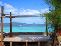 加計呂麻島のはまのお店 - はまのお店といえばこの海沿いの縁側
