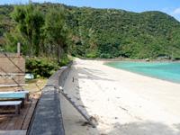 加計呂麻島のはまのお店 - 海沿いの縁側は最高の休憩所