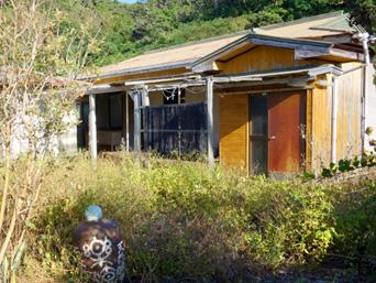 加計呂麻島の石窯焼き・自家製酵母パン 楽流/らくる(閉店)「荒れ果てた庭と店の名残の壷が寂しい」