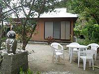 加計呂麻島のカフェ ホットリップス - 民家の軒先って感じです