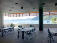 加計呂麻島の加計呂麻島展示・体験交流館/いっちゃむん屋 - 諸鈍長浜を一望できるが使われるの?ここ?