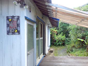加計呂麻島のTsumugi/ツムギ「押角集落の幹線道路沿いにお店はあります」