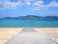 加計呂麻島の実久海岸/実久集落 - 海に誘う坂道も沖縄っぽい