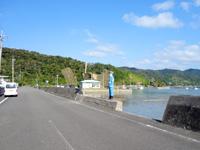 加計呂麻島の伊子茂集落/いこもまもる君 - 堤防に直結されています