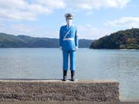 加計呂麻島の伊子茂集落/いこもまもる君 - まさに背後の海をまもる君?