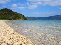 加計呂麻島の芝海岸/芝集落 - 砂ではなく小石が多いビーチだけど綺麗!