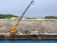 北大東島の西港/北大東港 西地区 - 船もクレーンでつり上げます