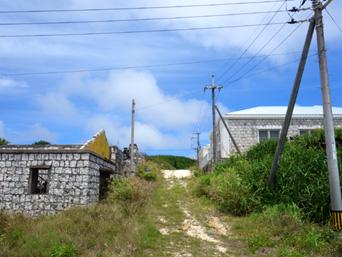 西港近くの石積の建物群