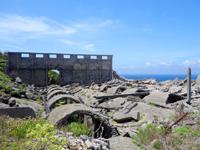 北大東島の燐鉱石貯蔵庫跡 - 集落側から見るとこんな感じ