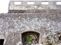 北大東島の燐鉱石貯蔵庫跡 - トロッコ用のドームには入れるものも