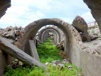北大東島の燐鉱石貯蔵庫跡 - 乾燥工場側を見る