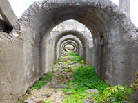 北大東島の燐鉱石貯蔵庫跡 - 乾燥工場側から見る