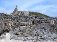 北大東島の燐鉱石貯蔵庫跡 - 大きな壁は壁のみって感じ