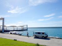 小浜島の小浜港 - ツアーボートは浮き桟橋以外に停泊