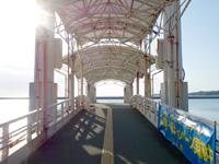 小浜島の小浜港 - ターミナル正面に浮き桟橋あり