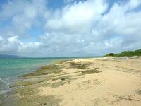 嘉弥真島のカヤマビーチ - 岩も多いビーチ