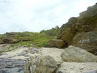 嘉弥真島のカメさんコース - 島の北側からの入口は岩にペイント