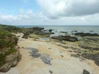 嘉弥真島の北海岸/ノッチ岩 - 砂地もありますがビーチではない