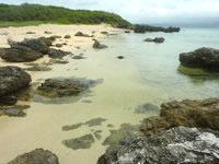 嘉弥真島の西海岸/シェルビーチ - 透明度は比較的高い