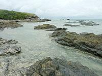 嘉弥真島の東海岸/小石の浜 - 島の東側には岩場が多い
