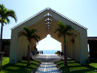 小浜島のはいむるビーチ/はいむるぶしビーチ - ゲートをくぐった先がビーチです