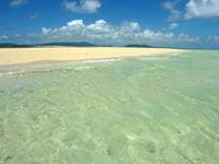 浜島の浜島の砂浜:大潮 - 遠浅の海に入ればさらに綺麗な光景も