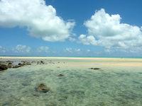 浜島の浜島の西の海:大潮 - 島の西側から浜島全体を見る