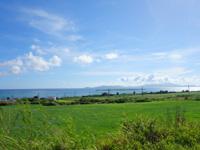 小浜島の大岳周辺の道 - 道からでも嘉弥真島も望める