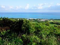 小浜島の大岳展望台からの景色 - 北側には破綻を繰り返すリゾート施設群
