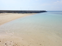 小浜島の細崎南側のビーチ - 防波堤の前には綺麗な砂浜