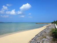 小浜島の細崎北側のビーチ - 護岸整備されたビーチです