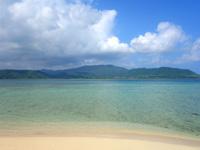 小浜島の細崎北側のビーチ - 目の前に雄大な西表島の島影