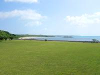小浜島の海人公園 - 広大な芝生の先にはビーチもあります