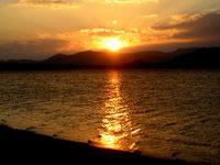 小浜島の細崎の夕日 - 西には西表島があるので夕日は西表島越し