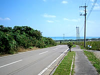 小浜島の小浜集落から港へと続く道