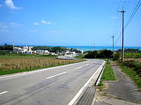 小浜島の小浜集落から港へと続く道 - 道の先に見える海もキレイです