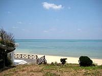 小浜島の北側のビーチ - ビーチ施設がまだ残っています