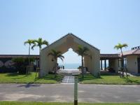 小浜島のはいむるビーチハウス/はいむるぶしビーチハウス - はいむるぶし敷地から見るとゲート先に海が!