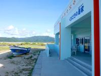 小浜島の細崎港/くばざきの港家/はまや〜 - 軒先にボートがあり、店先に屋外テラス有り