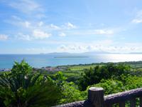 小浜島の西大岳展望台/ちゅらさんの碑 - 嘉弥真島もよく見えます
