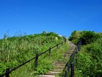 小浜島の西大岳展望台/ちゅらさんの碑 - 大岳より上りやすい階段