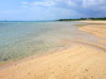 小浜島のはいむるとイルマーレの間のビーチ「遠くに見えるのがはいむるビーチです」