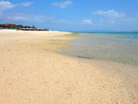 小浜島のはいむるとイルマーレの間のビーチ - 遠くに見えるのがイルマーレビーチです
