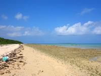 小浜島のイルマーレとトゥマールの間のビーチ - イルマーレビーチ側は岩が多い