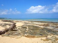 小浜島のイルマーレとトゥマールの間のビーチ - 中間部分は面白い形の一枚岩