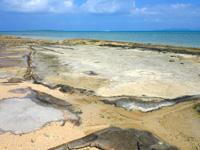 小浜島のイルマーレとトゥマールの間のビーチ - 久米奥武島の畳石のような一枚岩