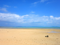 小浜島のトゥマールと小浜港の間のビーチ - 広大な干潟のようなビーチ