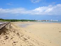 小浜島のトゥマールと小浜港の間のビーチ - 小浜港近くは防波堤になっています