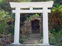 小浜島の震洋格納場所/謎の鳥居 - 謎の鳥居だけど神聖な場所っぽい